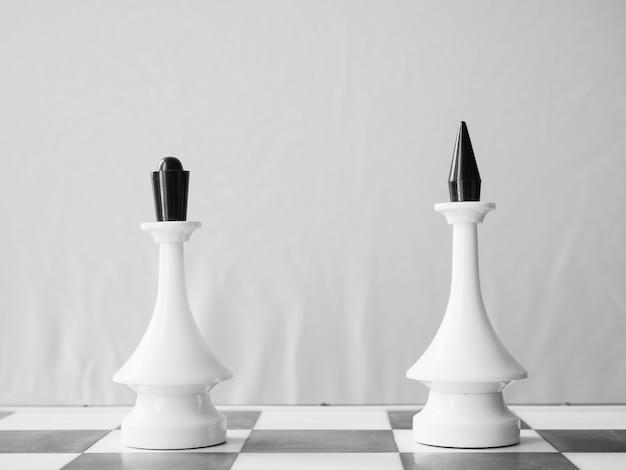 Rainha e rei do xadrez branco à parte. conceito de relacionamento à distância ou divórcio de casal