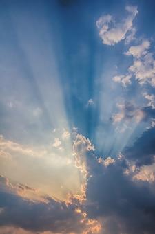 Raio de luz solar que quebra através das nuvens no por do sol.