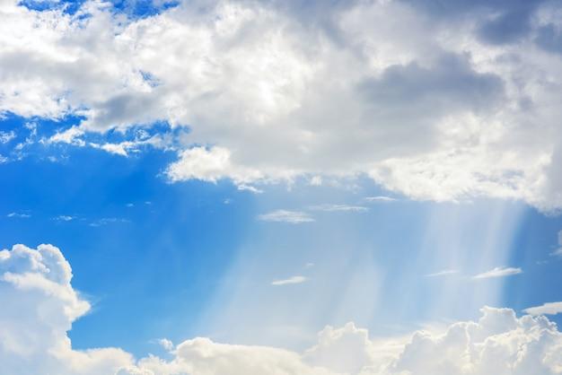 Raio de sol através da neblina no céu azul, nuvens com raios de sol