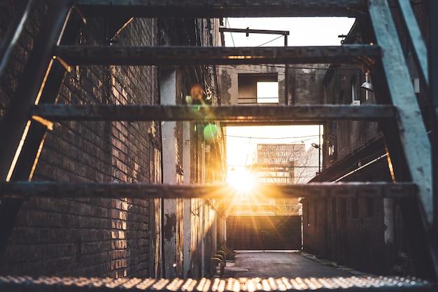 Raio de sol atravessando os degraus