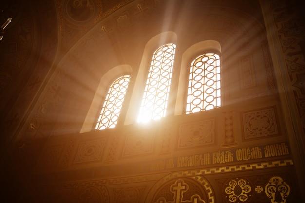 Raios da luz do sol na janela do templo