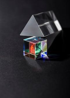 Raios de luz coloridos no conceito abstrato de prisma