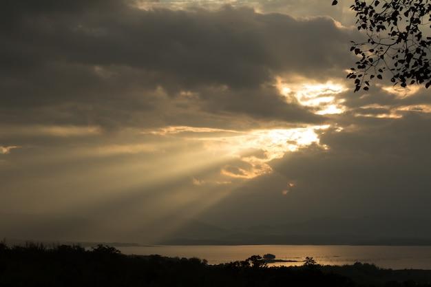 Raios de sol durante o nascer do sol sobre a montanha
