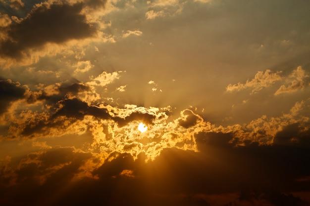 Raios de sol são impressionantes através das nuvens
