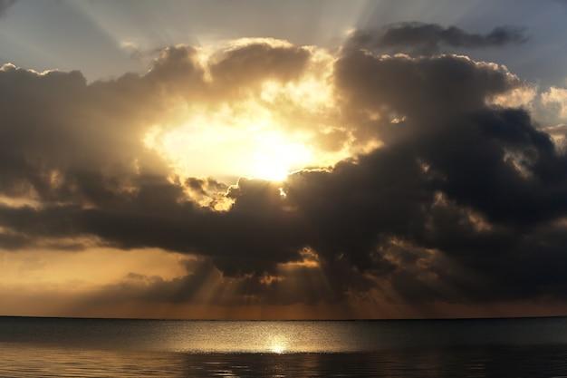 Raios do pôr do sol brilhando através das nuvens mar adriático montenegro europa