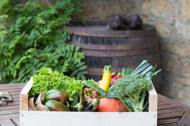 Raiva de legumes em uma caixa de madeira
