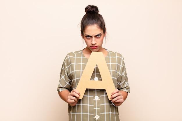 Raiva, raiva, desacordo, segurando a letra a do alfabeto para formar uma palavra ou frase.