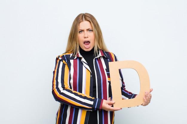 Raiva, raiva, desacordo, segurando a letra d do alfabeto para formar uma palavra ou uma frase.