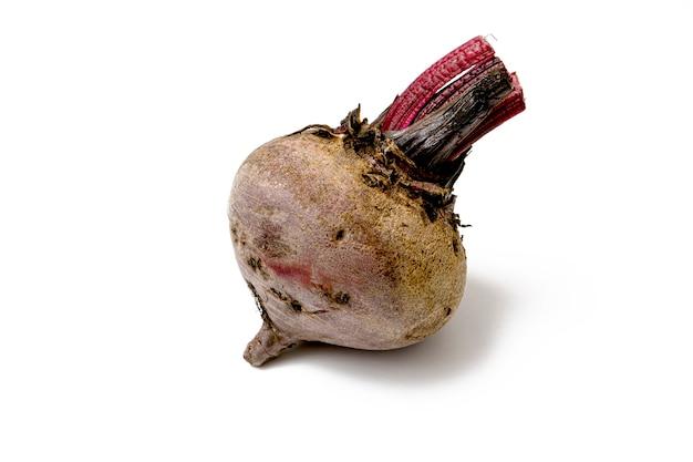 Raiz de beterraba vermelha crua inteira e sem folhas em uma superfície branca. conceito de vegetais frescos e saudáveis.