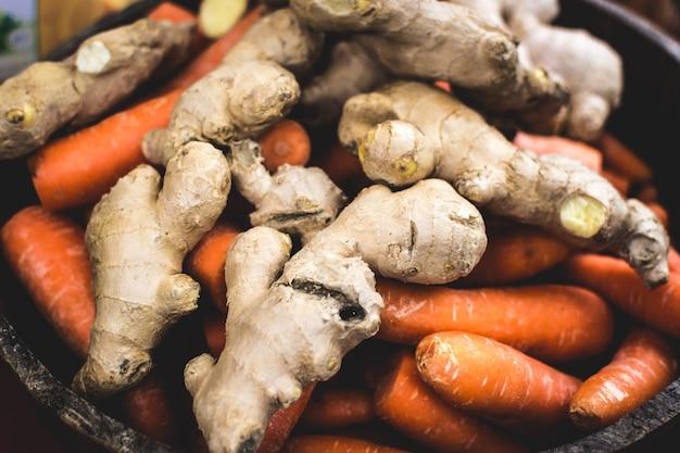 Raiz de gengibre e cenoura no mercado