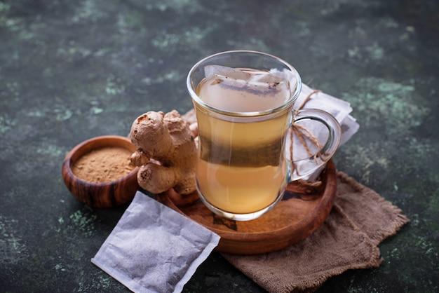 Raiz de gengibre e saquinhos de chá.