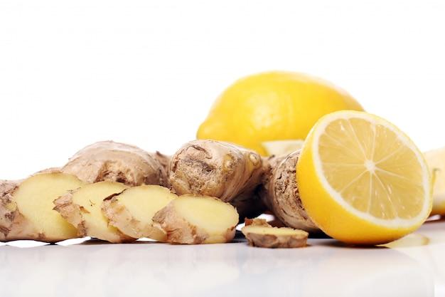 Raiz de gengibre fresco e limão