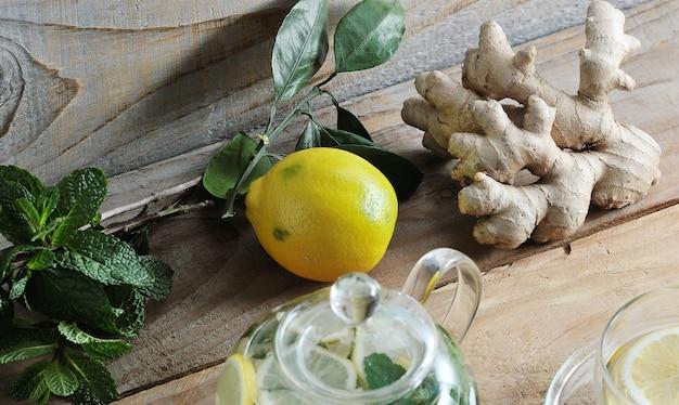 Raiz de gengibre, limão e hortelã com ingredientes para um chá saudável