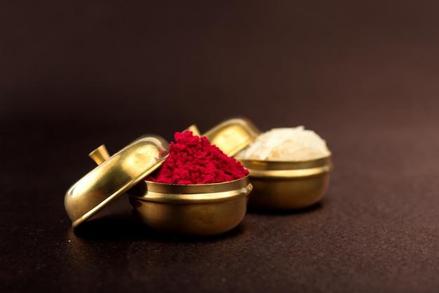 Raksha bandhan com um elegante rakhi, grãos de arroz e kumkum. pulseira tradicional indiana, símbolo de amor entre irmãos e irmãs.
