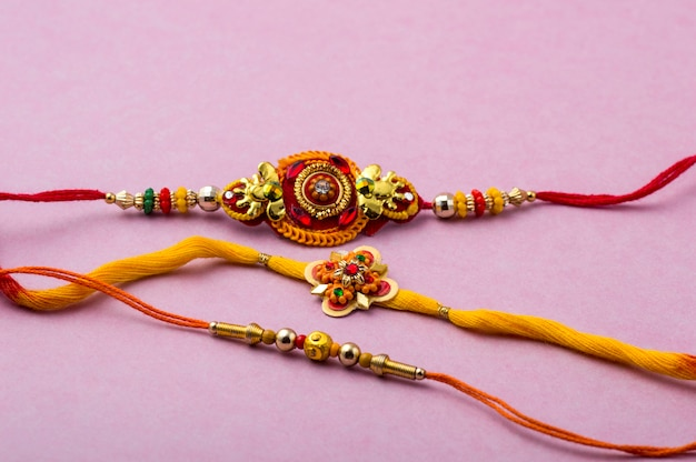Raksha bandhan com um elegante rakhi. pulseira tradicional indiana, símbolo de amor entre irmãos e irmãs.