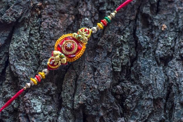 Raksha bandhan com um elegante rakhi. uma pulseira tradicional indiana.