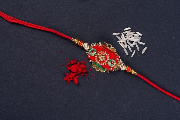 Raksha bandhan: rakhi com grãos de arroz e kumkum, pulseira indiana tradicional que é um símbolo de amor entre irmãos e irmãs.