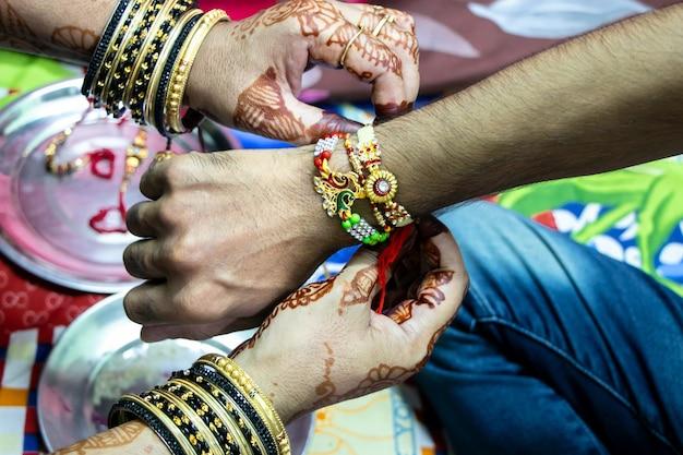 Rakshabandhan, celebrado na índia como um festival que denota o amor e o relacionamento entre irmãos. a irmã amarra rakhi como símbolo de amor intenso por seu irmão.