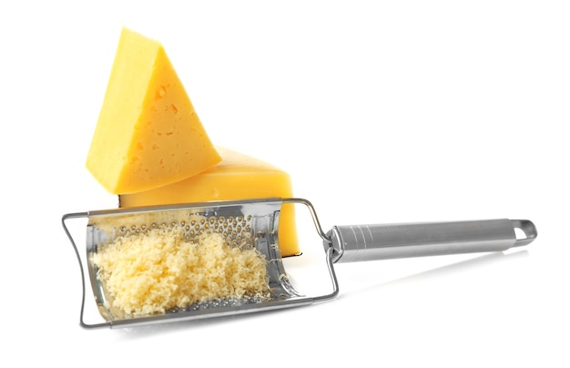 Ralador de metal e queijo isolado no branco