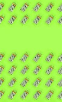 Raladores de aço inoxidável pequeno encontra-se em um papel colorido pastel