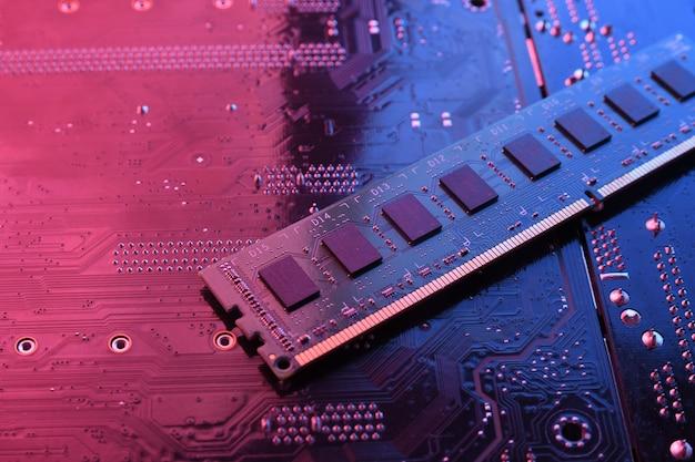 Ram da memória do computador no fundo da placa-mãe do circuito