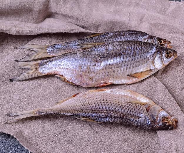 Ram peixe seco do rio em um guardanapo cinzento