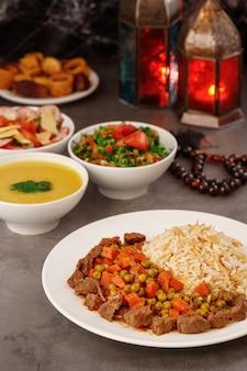 Ramadan árabe jantar em família comida árabe tradicional closeup view eid mubarak mesa com pratos compartilhados decoração do ramadã cozinha libanesa entradas hummus baklava datas muçulmanos