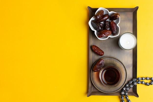 Ramadan kareem festival, close-up de datas na tigela com rosário e xícara de chá preto