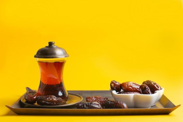 Ramadan kareem festival, datas na tigela com uma xícara de chá preto