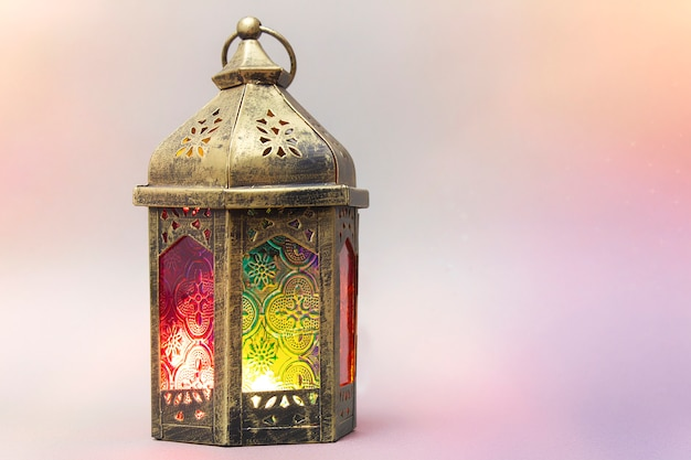 Ramadan kareem. lanterna árabe decorativa com uma vela acesa.