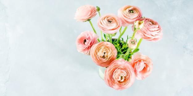 Ramalhete cor-de-rosa bonito do ranúnculo. casamento do dia da mãe da mulher. férias elegante bando de flores.