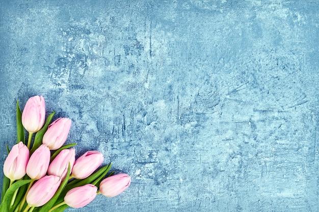 Ramalhete cor-de-rosa das tulipas no azul.
