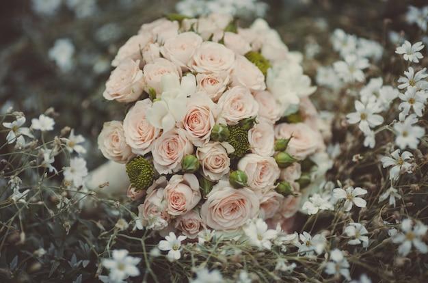 Ramalhete do casamento com flores brancas e rosa