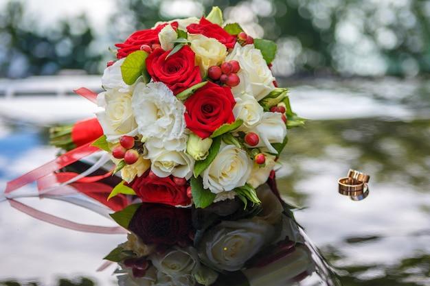 Ramalhete e alianças de casamento.