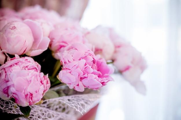 Ramalhete elegante de muitas peônias do fim cor-de-rosa da cor acima. bela flor para qualquer feriado.