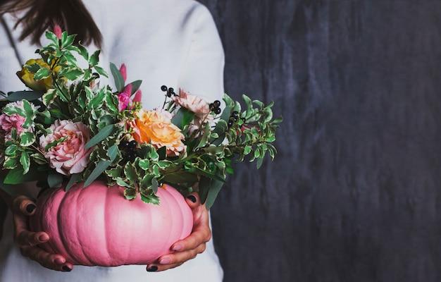 Ramalhete floral do outono no vaso da abóbora. decoração de flores em
