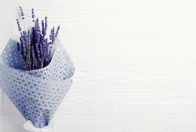 Ramalhete secado da alfazema em um fundo branco. espaço da cópia