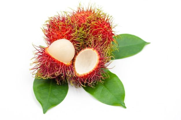 Rambutan fresco isolado no branco