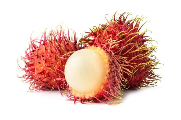 Rambutan maduro isolado no fundo branco