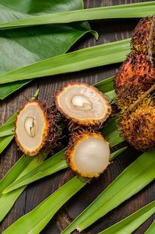 Rambutan no fundo de uma folha verde de uma palmeira.