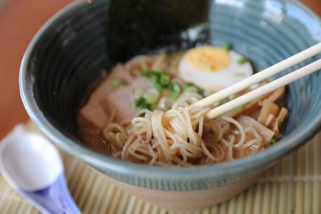 Ramen comida de sopa de macarrão japonês com algas de ovo de porco macarrão