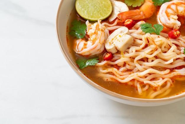 Ramen de macarrão instantâneo em sopa picante com camarão (tom yum kung) - comida asiática