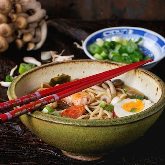 Ramen de sopa asiática com camarão