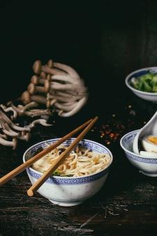 Ramen de sopa asiática com queijo feta