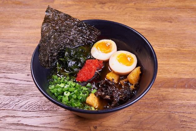 Ramen de sopa japonesa tradicional, macarrão, frango fatiado, ovos. fechar-se.