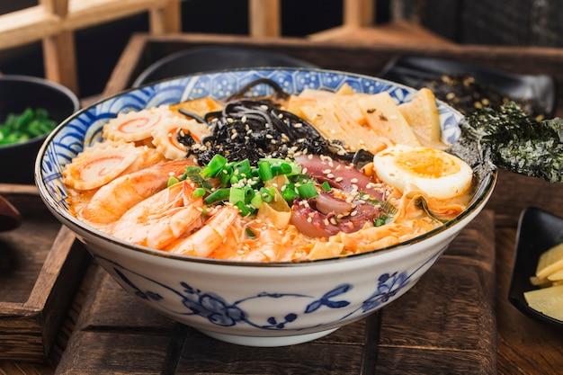 Ramen japonês de frutos do mar com molho de choco