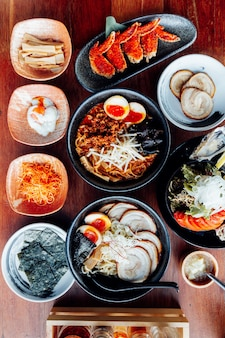 Ramen japonês na sopa com carne de porco de chashu, ovo cozido, algas secas