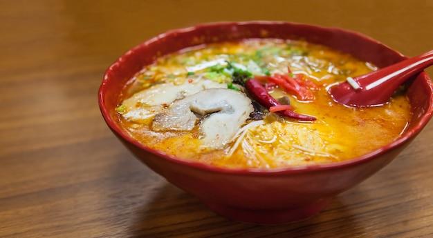 Ramen japonês tradicional na sopa de caldo de missô