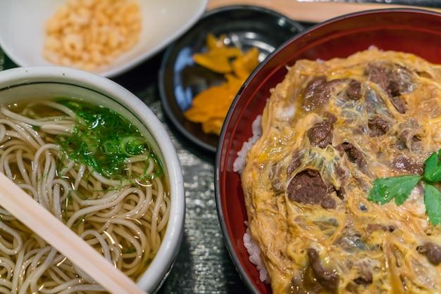 Ramen japonesas de macarrão na mesa.