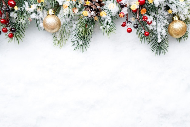 Ramo de abeto com decorações de natal no fundo de neve natural